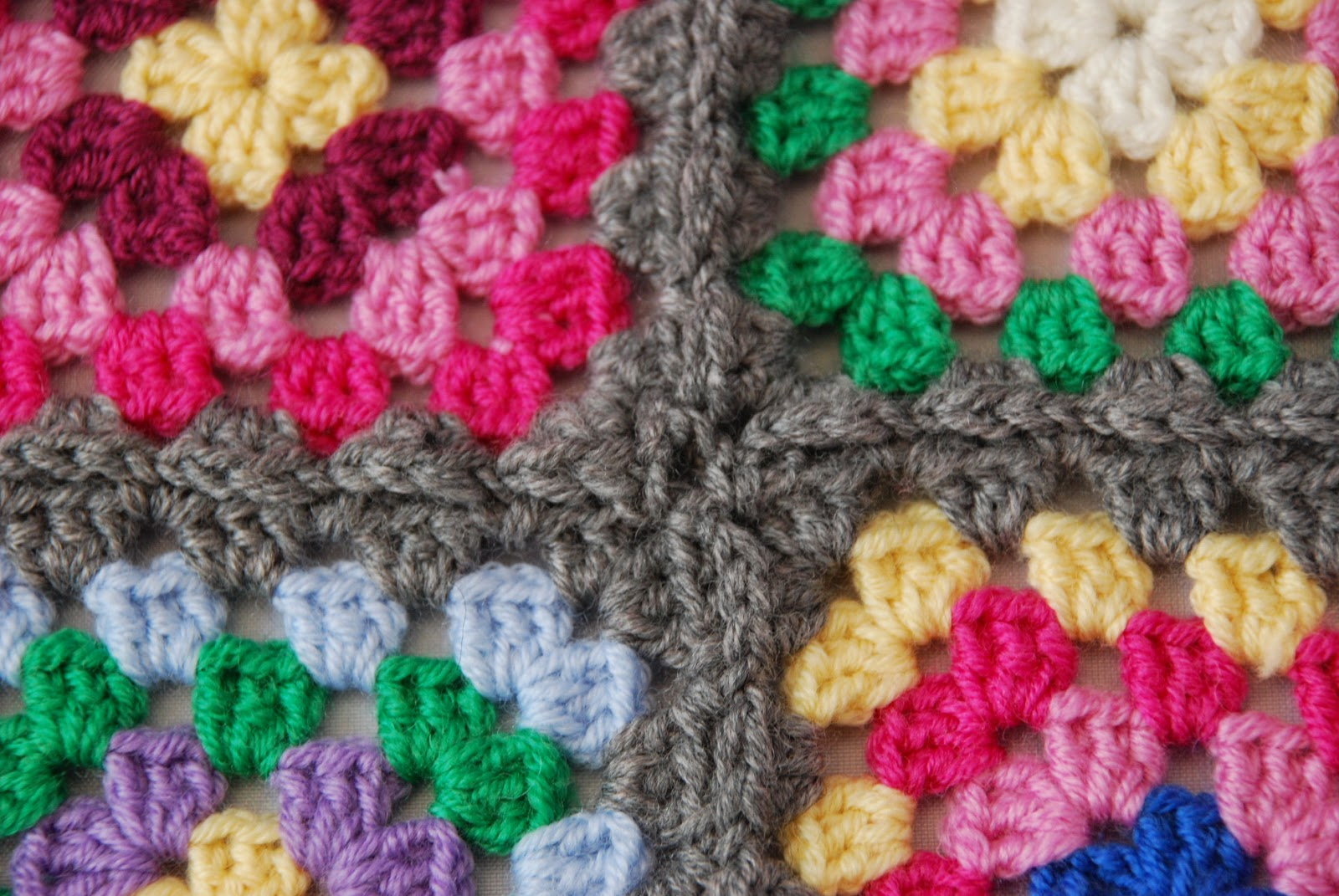 Granny square pattern tutorial: image of slip stitch joined squares