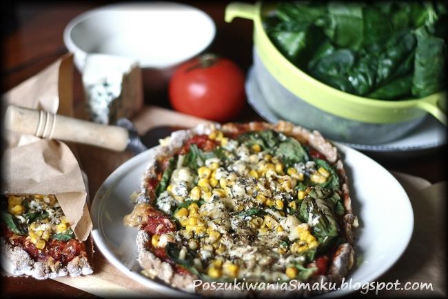Pizza żytnia ze szpinakiem, lazurem, kukurydzą i sosem czosnkowym