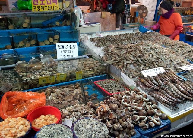 Vendiendo marisco en el mercado Noryangjin de Seúl