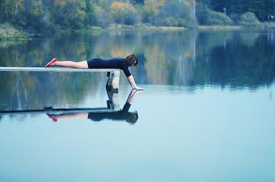 少女と水面に映る世界