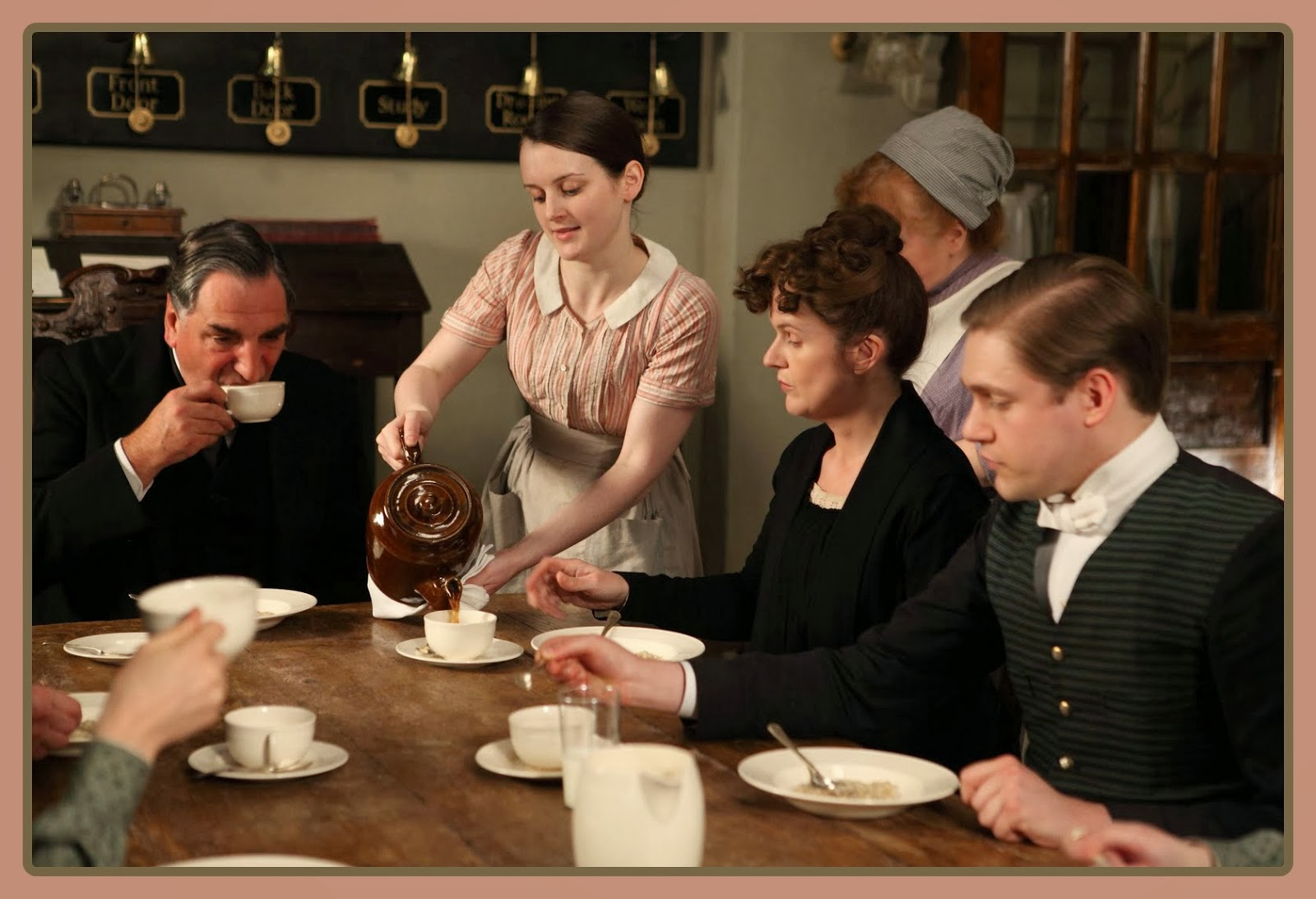 vvb32 reads: Downton Abbey: Downstairs