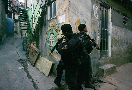 Rio de Janeiro: Após ocupação, polícia busca armas e drogas no morro da Mangueira