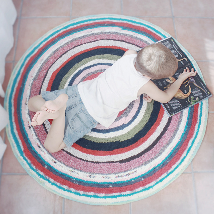Cazadora de inspiración © Anna Tykhonova,DIY,crochet carpet, carpet with recycled shirts,for kids's room, alfombra de ganchillo,alfombra con camisetas recicladas, para habitación infantil,коврик вязаный крючком, коврик из старых футболок, в детскую