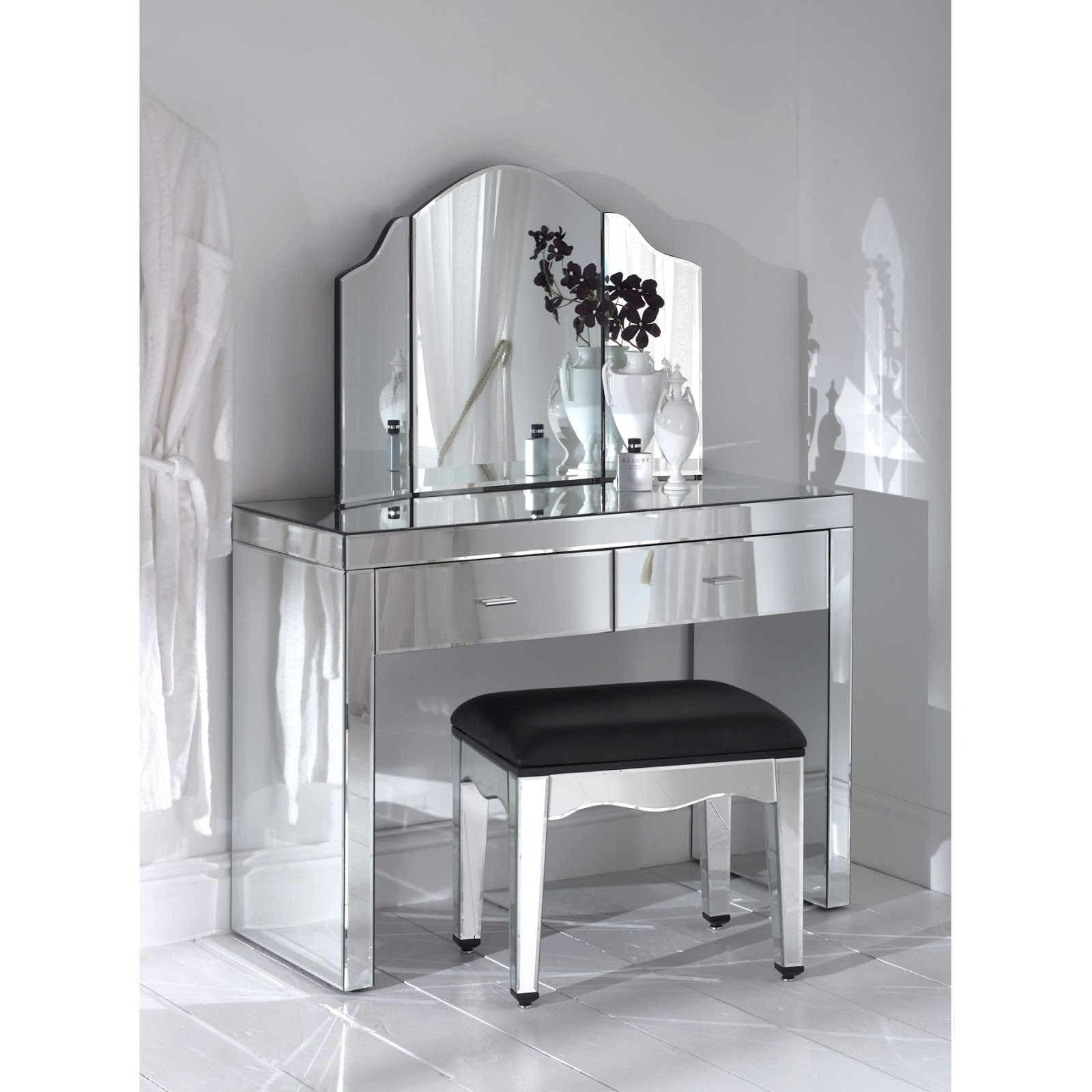 divine decor on a dime is mirrored furniture here to stay. Black Bedroom Furniture Sets. Home Design Ideas