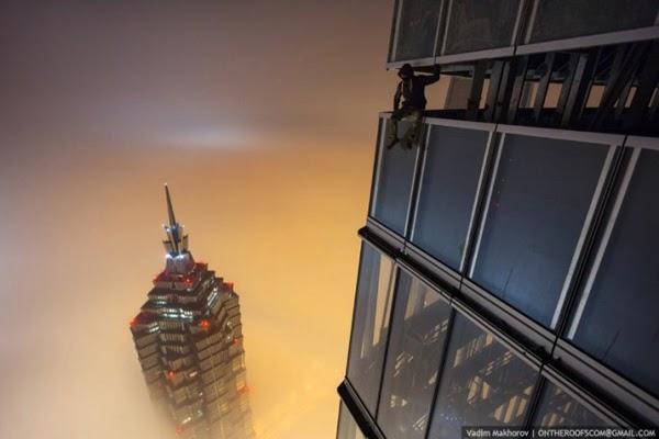 Dua Lelaki Memanjat Bangunan Kedua Tertinggi Dunia