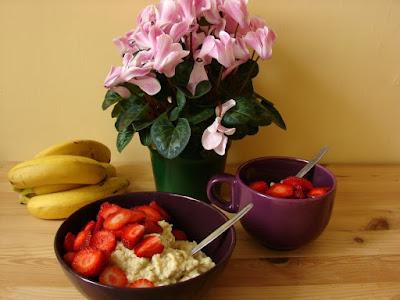 zdrowe śniadanie, kasza jaglana, truskawki