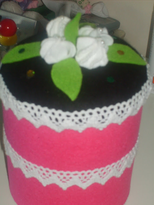 Uma caixa decorada com feltro
