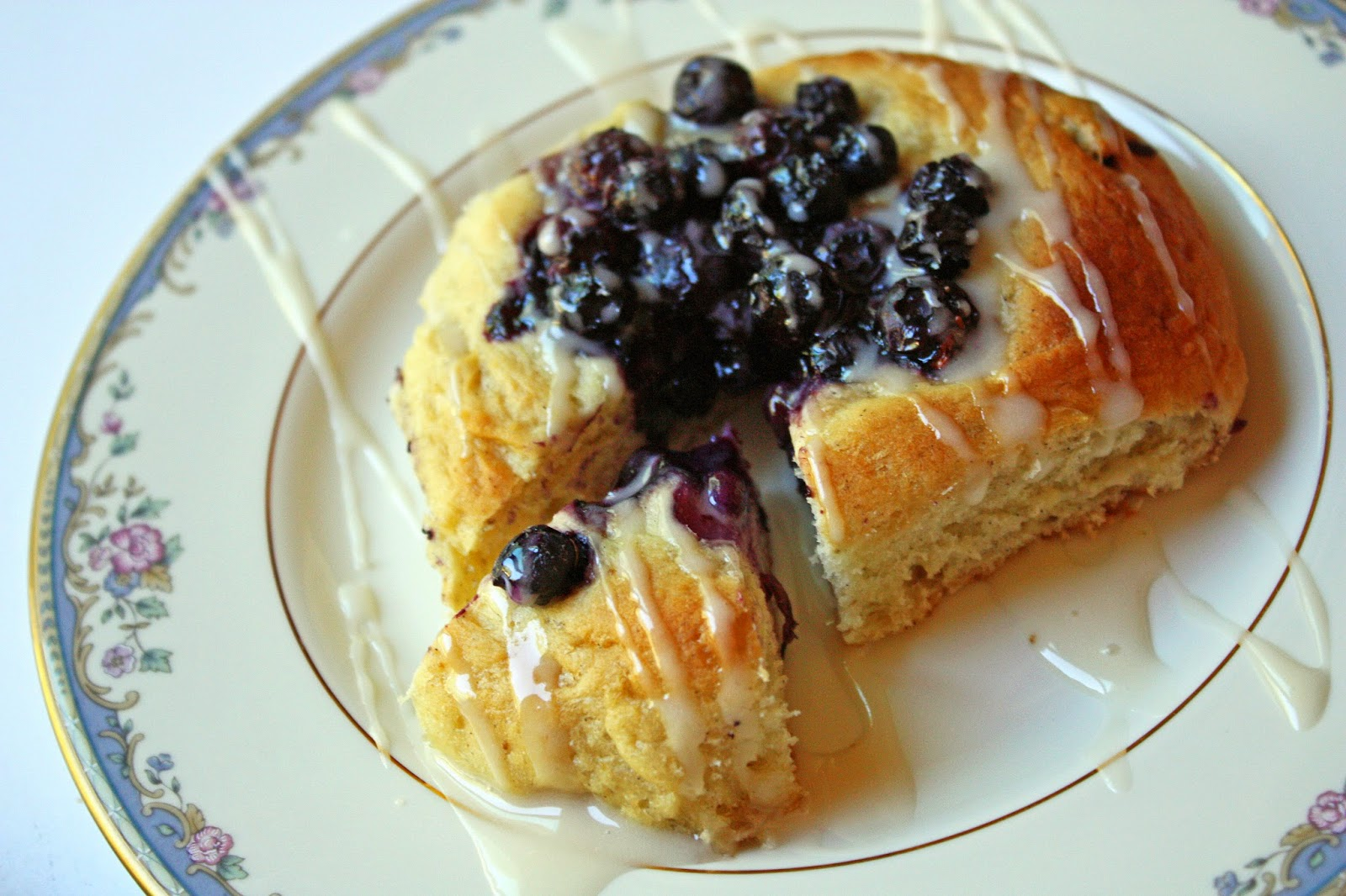 Finnish blueberry-filled buns with vanilla glaze