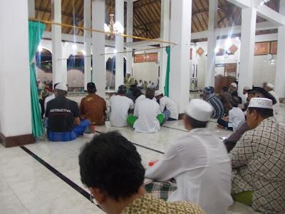 Mengikuti Perayaan  Isra Miraj di Masjid Desa Toyapakeh