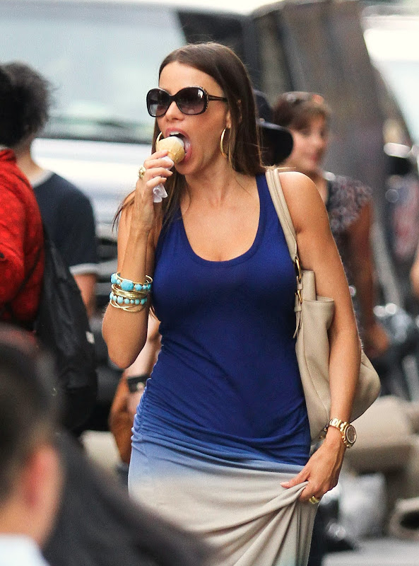 SOFIA VERGARA eating vanilla ice-cream