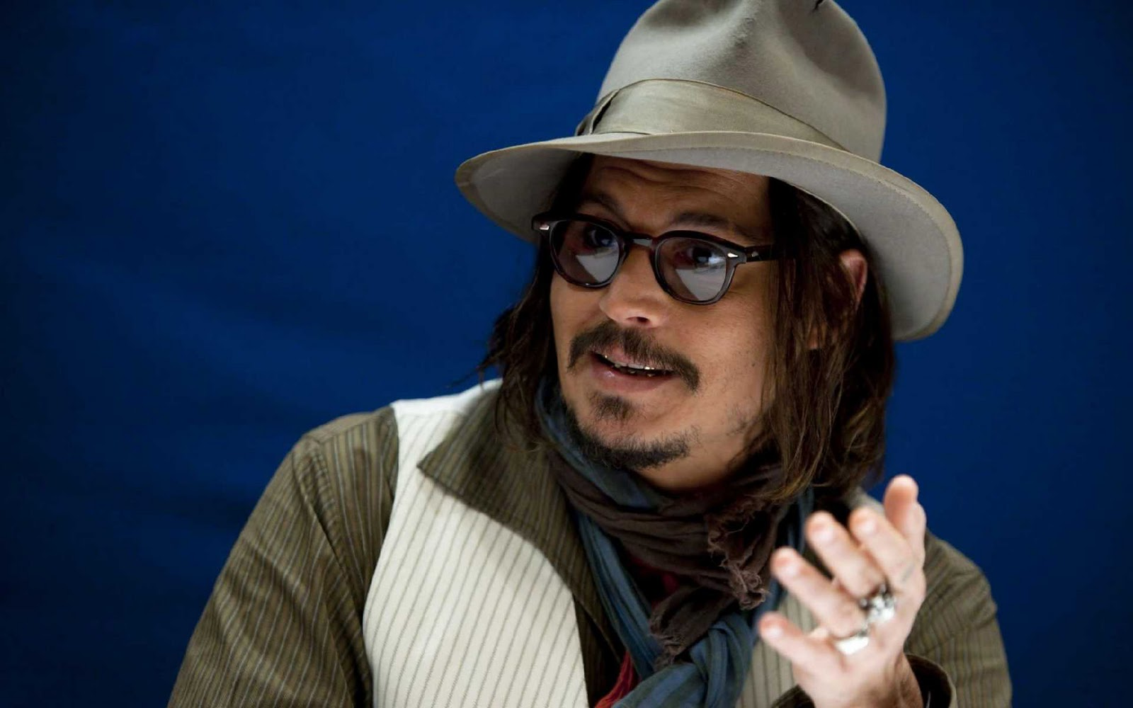 http://1.bp.blogspot.com/-vzvushfQ_cc/TtcKNLK_JNI/AAAAAAAAAfA/J9TwGElGTEc/s1600/Johnny-Depp-pictures-desktop-Wallpapers-HD-photo-images-3.jpg