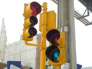 Instalan semáforos en el frontis de la UCV