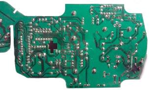 Placa del circuito impreso del cargador Bosch con pistas quemadas