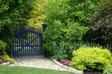 puede ser elegante con el acabado y los detalles correctos por ejemplo remates de metal queda muy bien en acabado natural a conjunto con una valla de