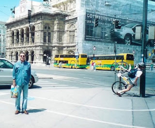 Acidente de bicicleta contra um poste