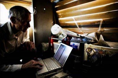 Kakek Pengemis Ini Ternyata Seorang Pecandu Internet