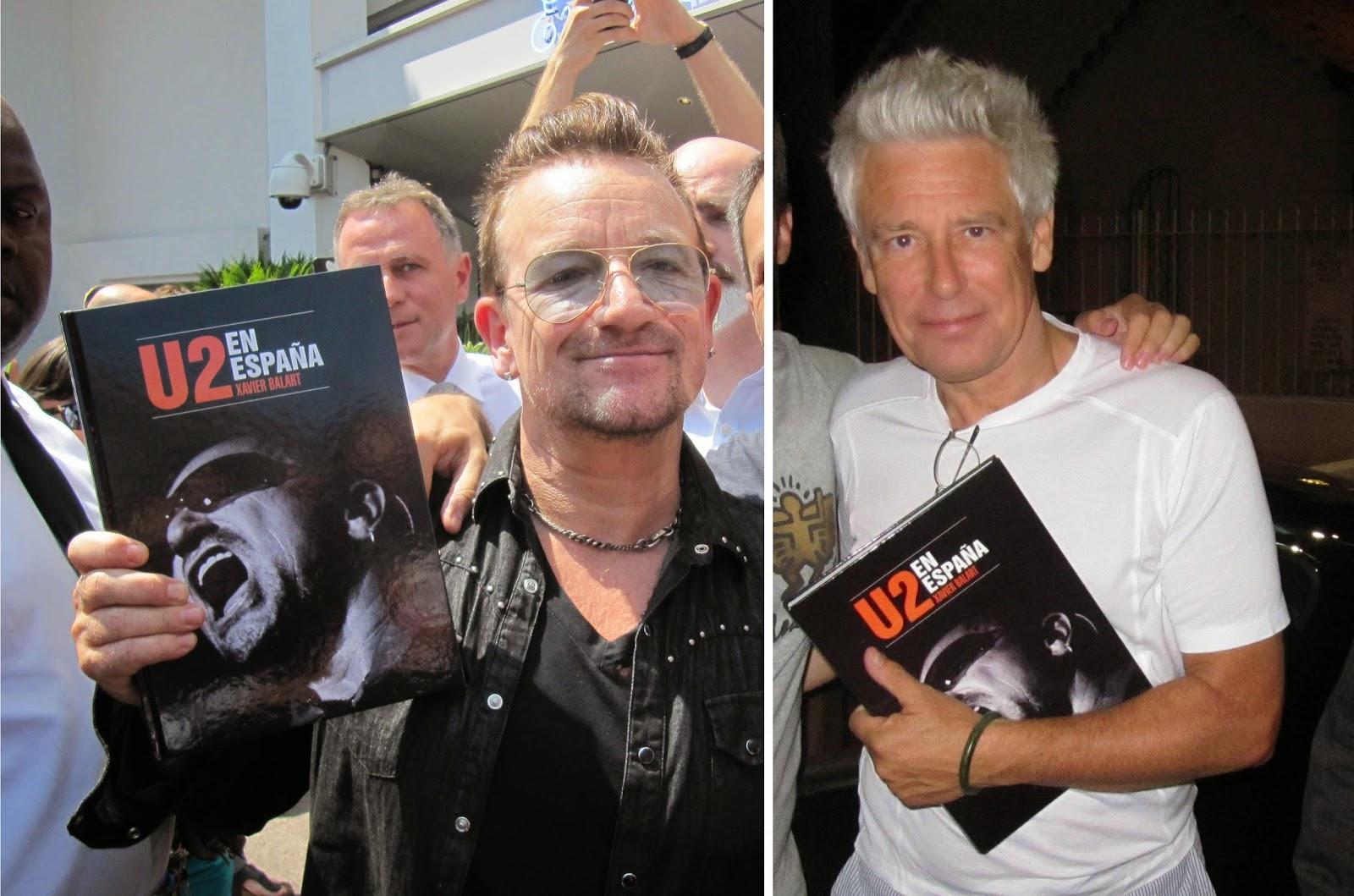 Bono y Adam con el libro.