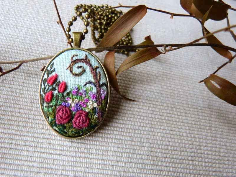 haft rococo, embroidered pendant, haftowane róże, haftowany naszyjnik, naszyjnik z haftem, embroidered jewerly, naszyjnik vintage, medalion z haftem, handmade jewerly, embroidered necklace, vintage jewerly, biżuteria retro, Alicja w krainie czarów,