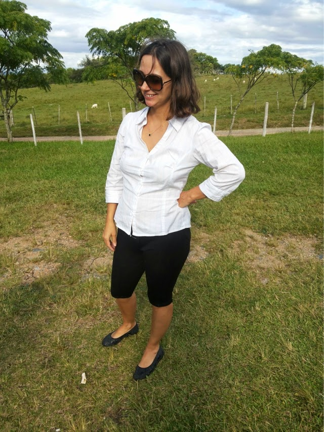 Bermuda de montaria + camisa branca
