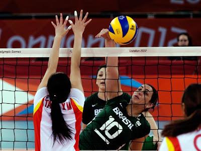 Fonte: http://esportes.terra.com.br/jogos-paralimpicos/londres-2012/noticias/0,,OI6121674-EI20845,00-Exprofissional+capita+do+volei+sentado+se+destaca+com+dos+pontos.html