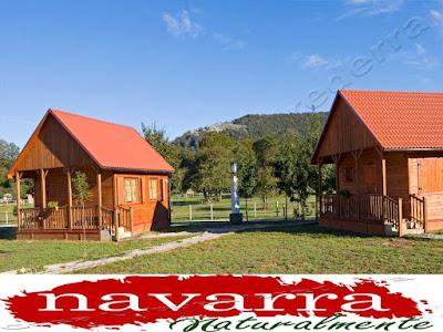 """El Turismo Rural de Navarra, siempre ha sido un sector pionero e importante dentro de la actividad del Turismo.  Navarra, junto a la CCAA de Asturias fueron los pioneros, en la creación de Casas Rurales, como modalidad de alojamiento, en los años 90.  En aquella época, las administraciones, subvencionaron de manera importante a los propietarios de casas de los pueblos rurales, para que rehabilitaran sus viviendas.  Este hecho provoco que muchos propietarios, cogieran las subvenciones y adaptaran sus  casas.  Las subvenciones llegaron  hasta un 60% de la rehabilitación, a fondo perdido.  Este hecho, provocó que muchas   viviendas de la zona de los pirineos de Navarra,  fueran rehabilitadas y por esta razón, el número de Casas Rurales  sea mayor en esta parte de la Comunidad Foral de Navarra.  Por esta razón es normal que  los pueblos de Navarra Naturalmente, donde hay más casas rurales, sean precisamente, en la zona de los Pirineos.  En este ranking, """"Etxalar [+]"""" es el pueblo que lidera el mayor número de Casas Rurales por población, con 36  establecimientos.  www.casaruralurbasa.com"""