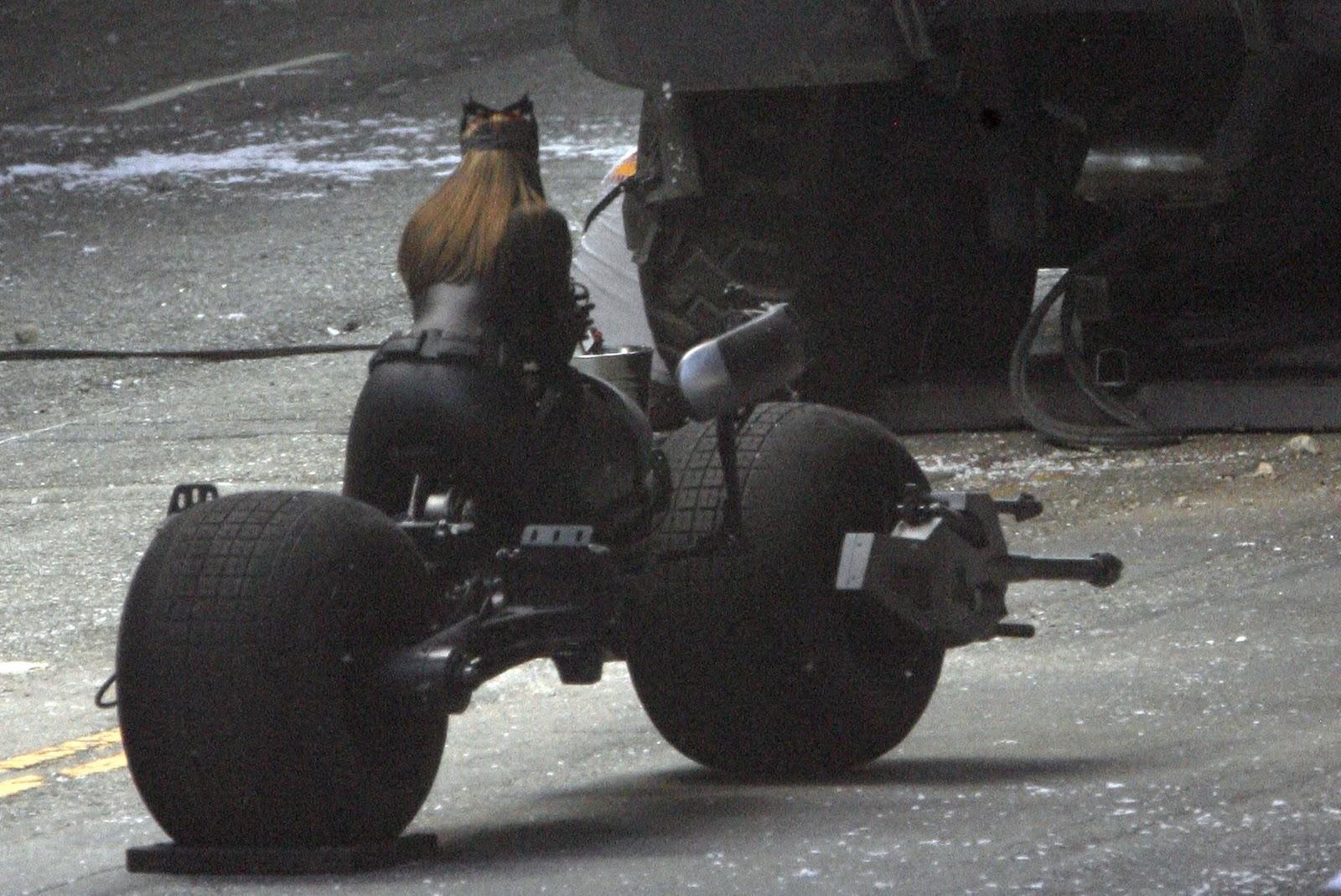 http://1.bp.blogspot.com/-w3ClfxyCh6c/ToIdtvu2YVI/AAAAAAAAAlA/GMPtbU57zW0/s1600/anne-hathaway-catwoman-3.jpg