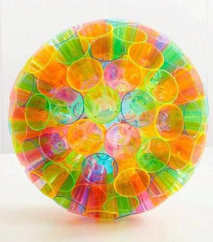 C mo hacer una esfera colorida con vasos desechebles - Decorar vasos plasticos para cumpleanos ...