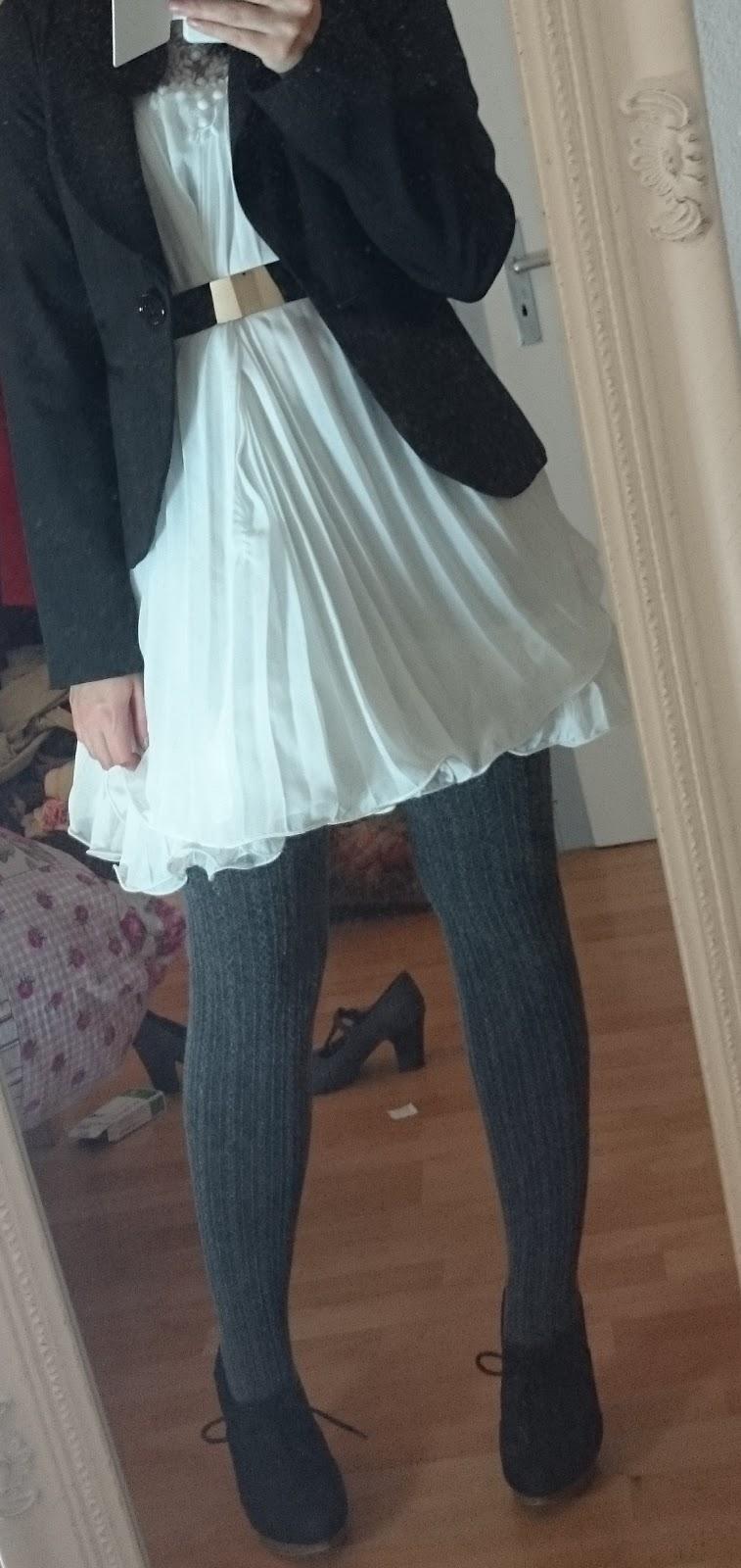 Weißes Chiffonkleid im Winter mit Metallgürtel