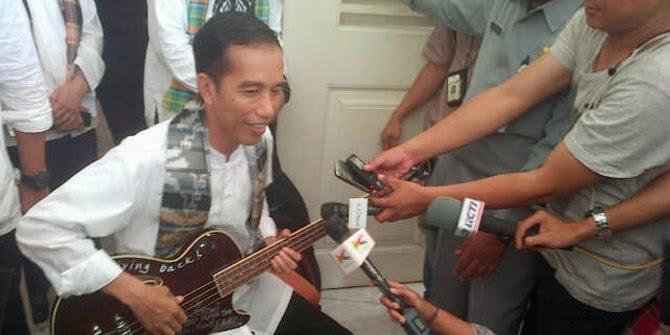 Jokowi sedang mencoba bass pemberian bassist Metallica