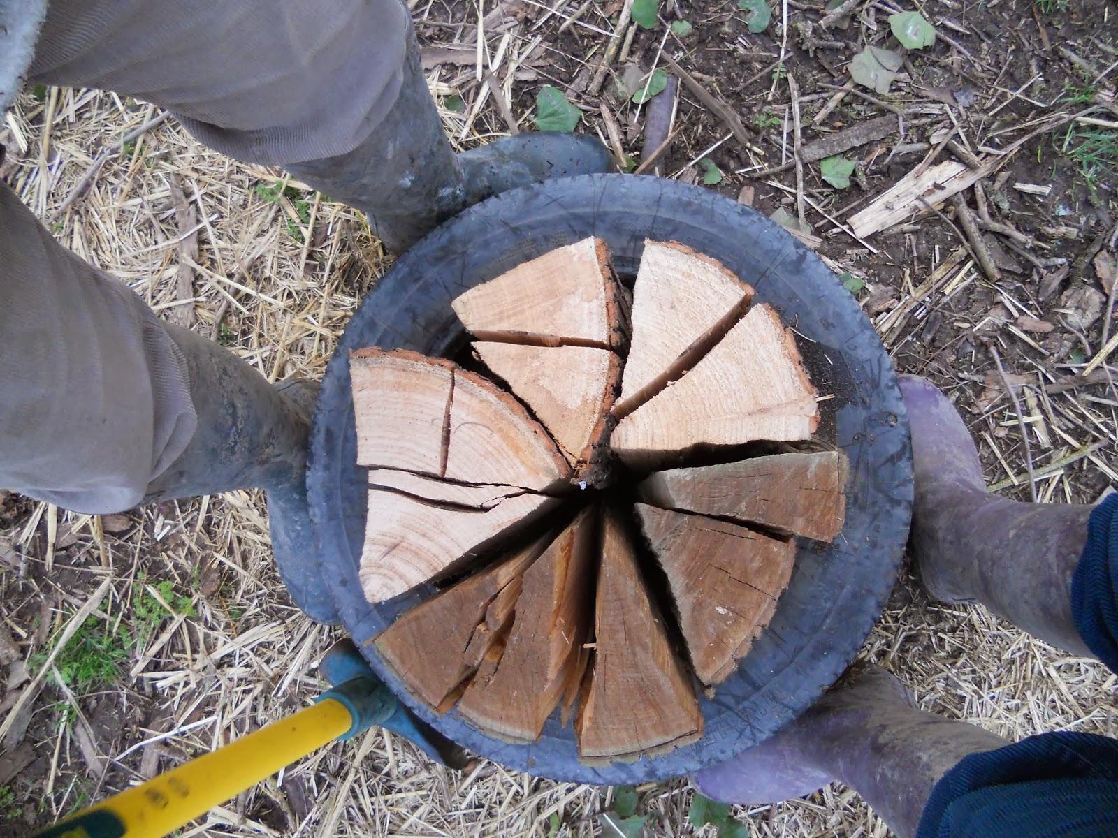 la ferme des p ranches fendre du bois avec un pneu. Black Bedroom Furniture Sets. Home Design Ideas