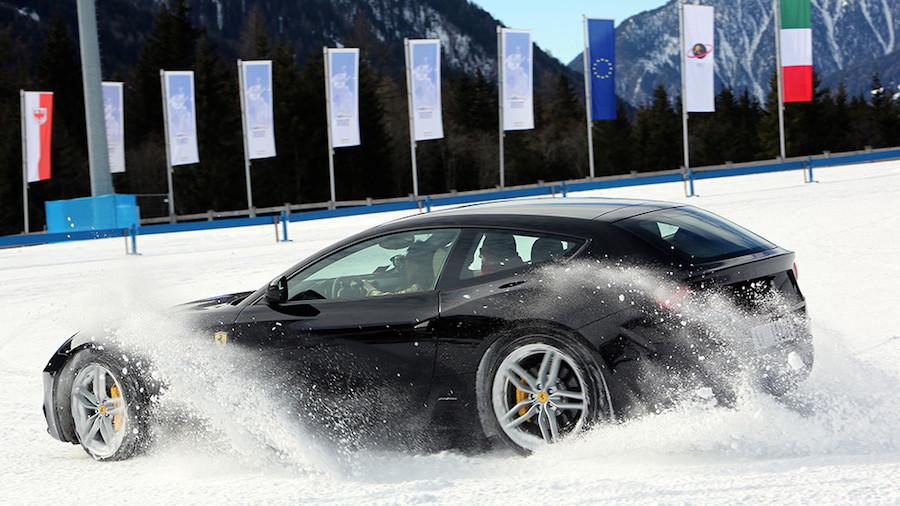 「フェラーリFF」が雪と氷に覆われたイタリアの山岳路を走る!