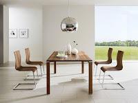 Decoracion de interiores de casas: Living comedor moderno con suelo de cerámica y paredes blancas con muy pocos elementos, donde los únicos muebles que se ven son el comedor y las cuatro sillas