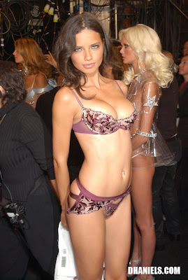 "[FULL PICT]Ngintip Di Backstage ""Victoria Secret"" Sexy Model Adriana Lima"