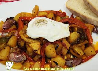 Receta de patatas al montón con pimientos y huevos