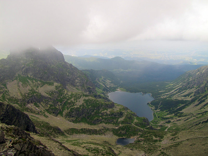 Dolina Gąsienicowa. Z lewej Kościelec ze szczytem ukrytym w chmurze.