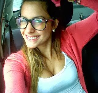 Milett Figueroa con lentes