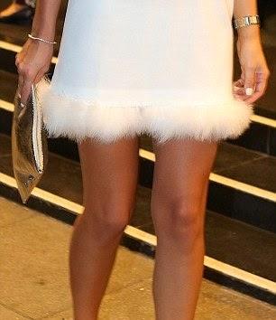 لوسي ميكلينبرغ تبدو كالملاك في ثوب أبيض قصير خلال إطلاق عطرها الجديد