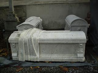 Tous un : la Toussaint, le cimetière, et l'Église... dans Communauté spirituelle tombes_restaurees_1