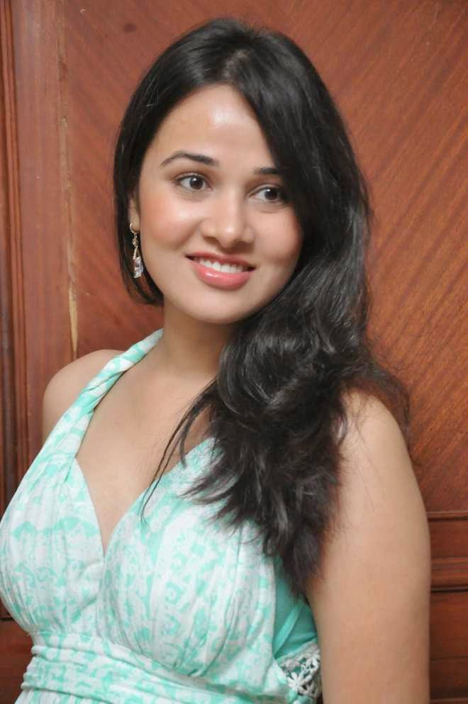 nisha kothari latest hot cleavage pics