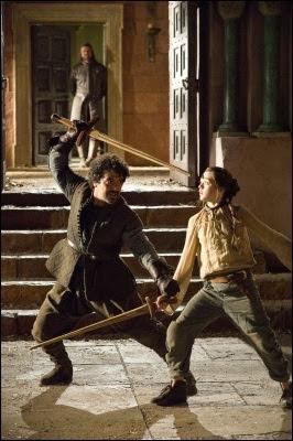 Arya Stark practicando con su maestro de espada Syrio Forel