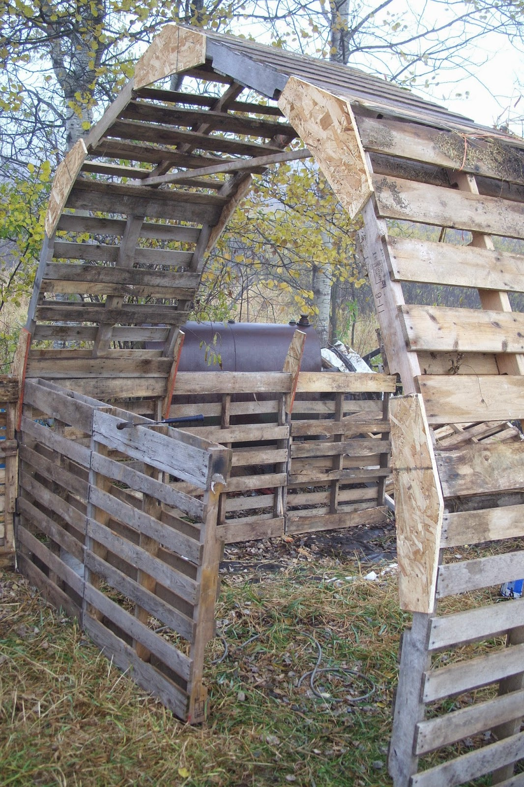Forest house farm diy pallet barn for How to build horse barn