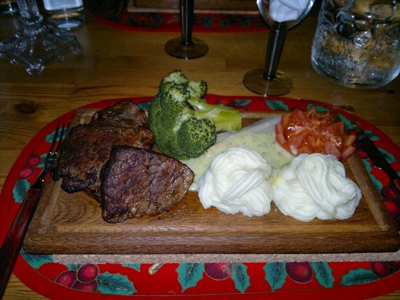 Planka med oxfile, broccolli, sparris, tomat, och pressad potatismos. Onödigt GOTT! :)