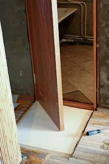 вырезанный кусок пола под дверь в ванную комнату