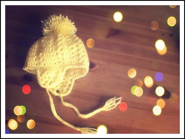 Gorro para bebes a crochet con orejeras y un gran pompom | Margarita ...