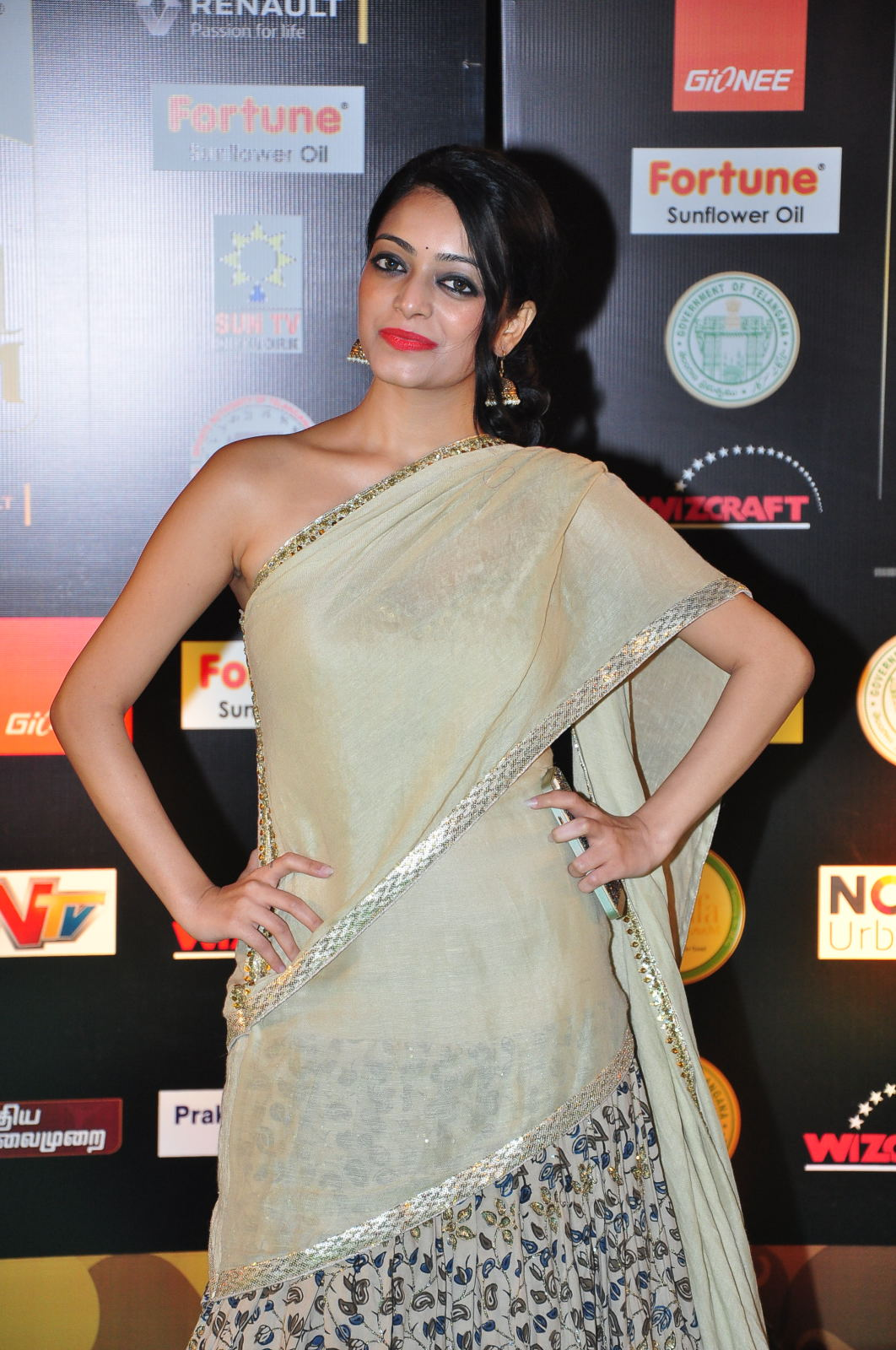 janani iyer glamorous in saree-HQ-Photo-6