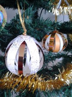 http://untuffoneilibri.blogspot.fr/2013/11/creazioni-di-natale-palline-di-carta.html