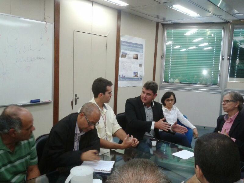 Prefeito Arlei e moradores de conjunto habitacional da Fonte Santa conversam com secretário de estado de Habitação, José Geraldo Machado