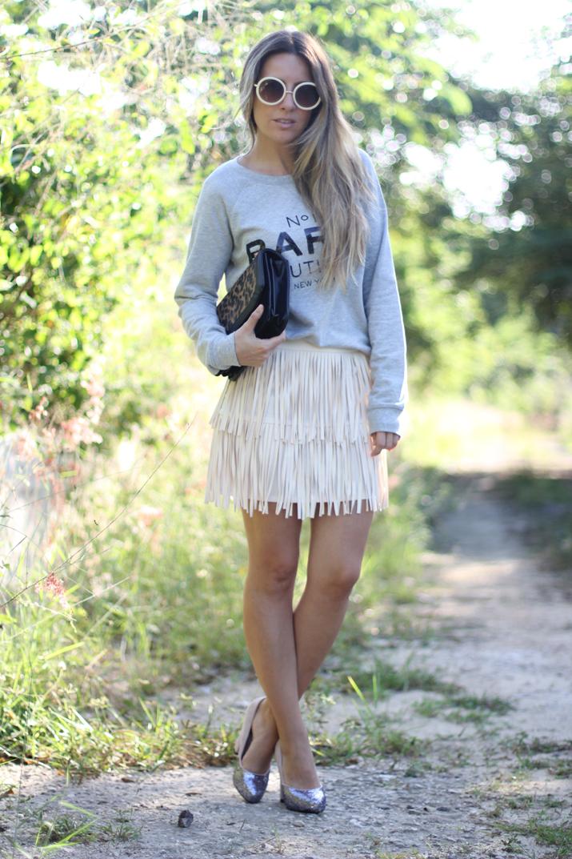 Cómo combinar falda flecos color crema