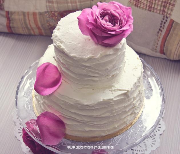 Tarta nupcial blanca con flores frescas