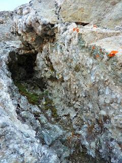 ancienne fente alpine ayant été travaillée et vidée de ses cristaux de quartz